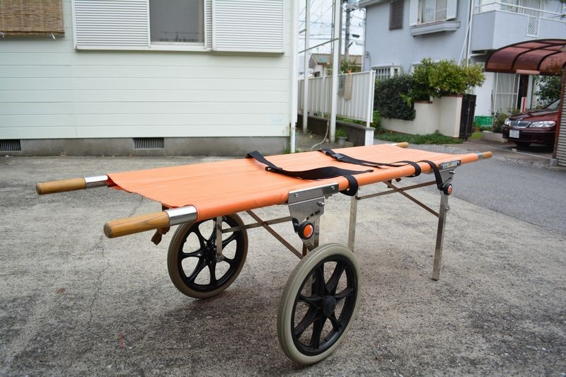 """Tough ranger"", a one-person conveyance stretcher that can be handled by just one person in any disaster and on bad roads."